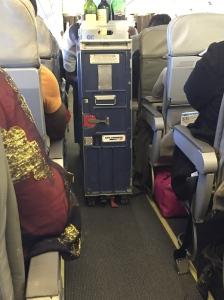 Un chariot Air France dans un avion Camair Co ? Respectons nous un peu svp...