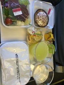 Vue d'ensemble sur le repas servi à bord.